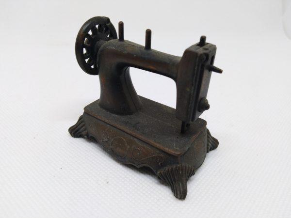 Taille-crayons ancien - Hong Kong ou Chine - La Machine à coudre